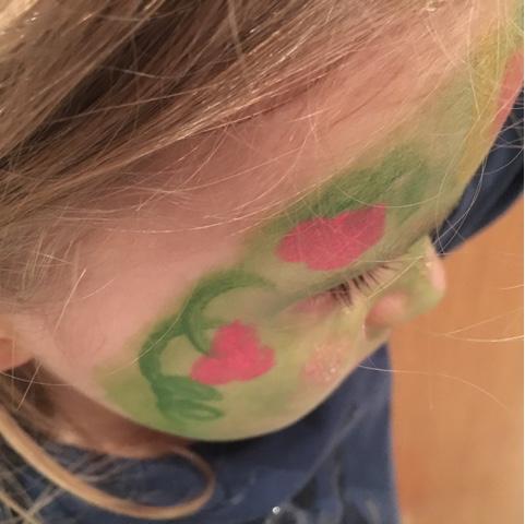 Kinder reagiert allergisch auf Schminke