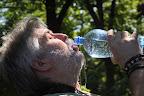 Svišťu se učí, jak se pije z lahve :-)