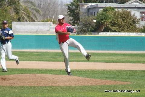 Alan Montemayor de Mineros de Vallecillo en el beisbol municipal