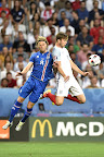 Az izlandi Birkir Bjarnason (b) és az angol Eric Dier a franciaországi labdarúgó Európa-bajnokság Anglia - Izland mérkőzésén, Nizza, 2016 (MTI Fotó: Illyés Tibor)
