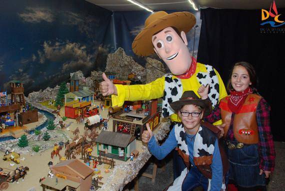 Woody disfrutó con sus amigos del Duc viendo el belén del Oeste