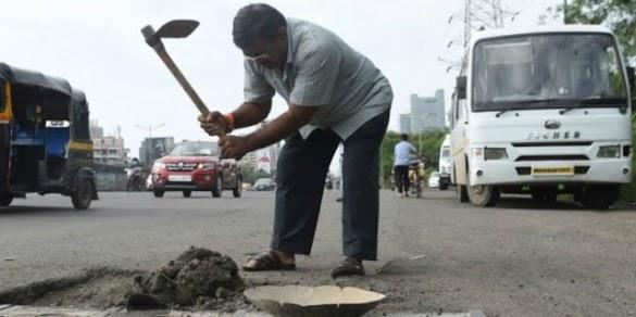 Anak Tewas Kecelakaan, Ayah Tambal 600 Lubang di Jalan