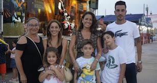 Las familias Lázaro, Aguilera, Iribarne y Alenda subieron juntas al Recinto Ferial para pasar una noche de domingo entre 'cacharricos' y vinos.