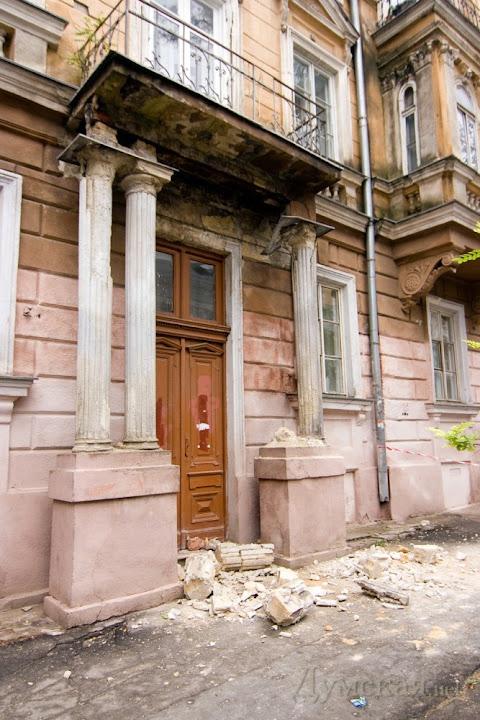 3575781050599_8465 Одесса: обвалилась колонна, которая подпирает балкон