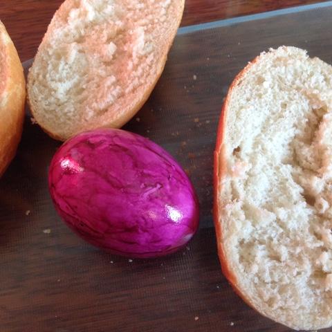Brötchen mit gefärbtem Osterei