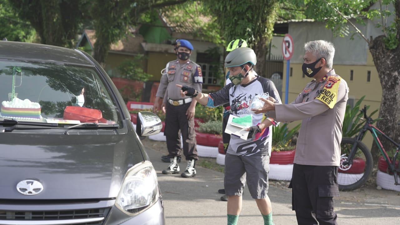 Polres Luwu Timur Bersama Komunitas Sepeda Verbeck Bike Park Bagikan Masker Gratis