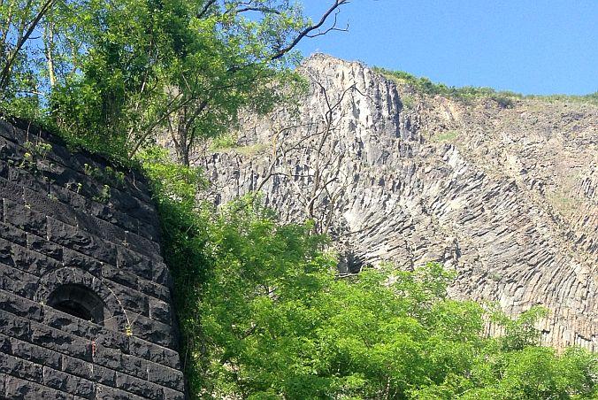 Erpeler Ley und ein Pfeiler der Brücke von Remagen