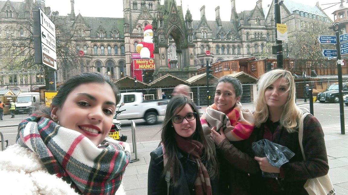 Grupo de amigas en el Christmas Market de Manchester, 16 diciembre 2015. De izquierda a derecha: Laura Burdallo, Rocío Luque, Azahara Geraldo y Sara Martínez
