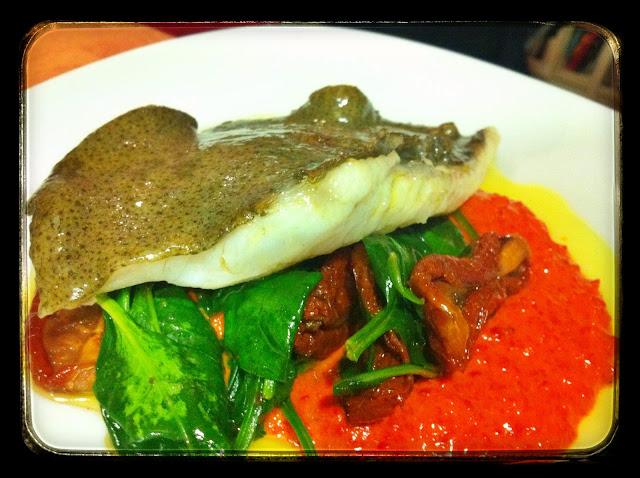Rodaballo con espinacas, tomate seco y piquillos restaurante a domicilio Mejor en casa