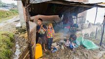 Při zemětřesení v roce 2015 bylo zcela zničeno více než půl milionu domů a další statisíce byly poškozeny. Díky humanitární pomoci dnes lidé bydlí v provizorních přístřešcích ze dřeva a vlnitého plechu.  (Foto: Petr Pospíchal)