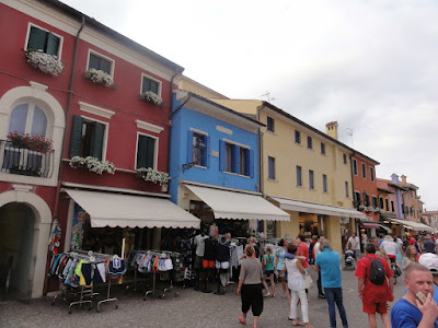 Gatebilde med en rad av fargerike bygninger.