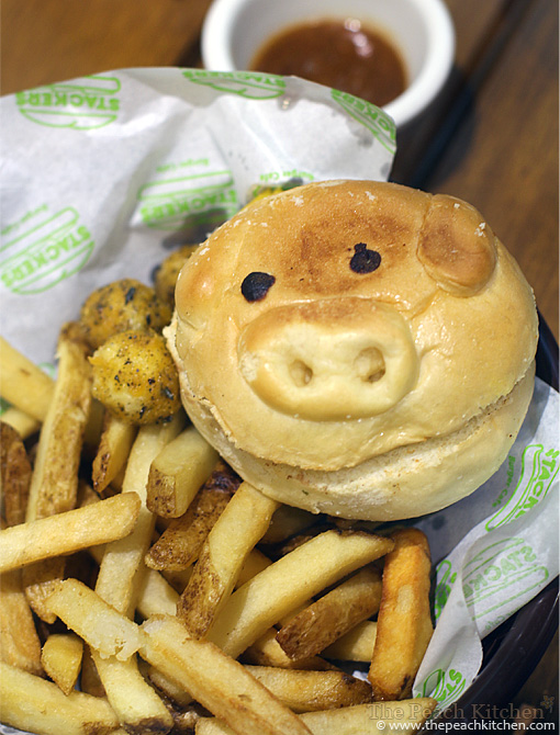 Stackers Burger Cafe piggy bun | www.thepeachkitchen.com