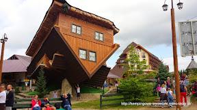 na zdjęciu dom do góry nogami z Szymbarku