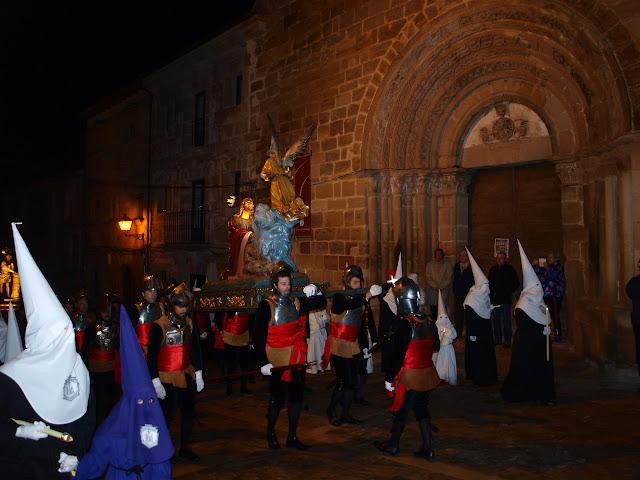 La procesión que conduce el paso de La Oración del Huerto, frente a la fachada de la iglesia de Santiago