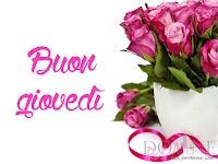 buon giovedi immagine con frase aforismo rose rosa vaso nastro.jpg