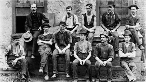 Trabajadores de principios de siglo XX usando vaqueros