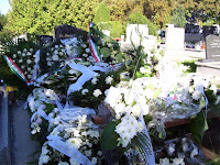 Ilonka néni sírhantja az búcsú virágaival.JPG