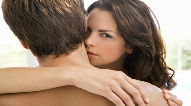 Dùng môi hôn nhẹ nhàng lên vùng cổ chàng