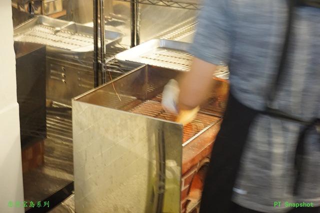 男店员耐着热火为顾客烤吐司