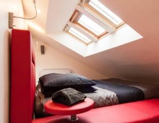 La mezzanine et le lit de la suite d'hôtes de charme