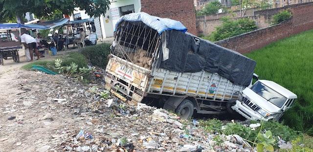 टायर फटने से टाटा ट्रक बोलेरो सहित खाई में गिरी