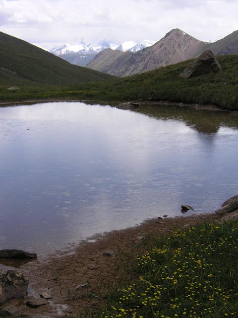 Lac (3850 m) au Sud de la Chon Ashu Pass (Terskey Alatau, Kyrgyzistan), 8 juillet 2006. Photo : J. Michel