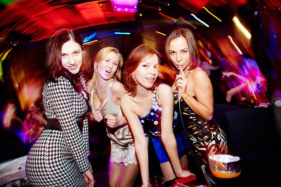 Любителям девчонки отдыхают в клубе порно смотреть попой толстый