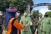 Dandim 0116 Nagan Raya bagikan Masker Kepada Masyarakat