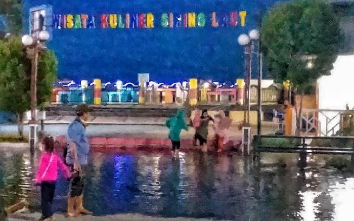 Beberapa hari terakhir, sore hari di kisaran pukul 17.30 - 20.00, halaman Siwalk Food Court Kotabaru, terendam air laut sampai mengganggu kenyamanan pengunjung.