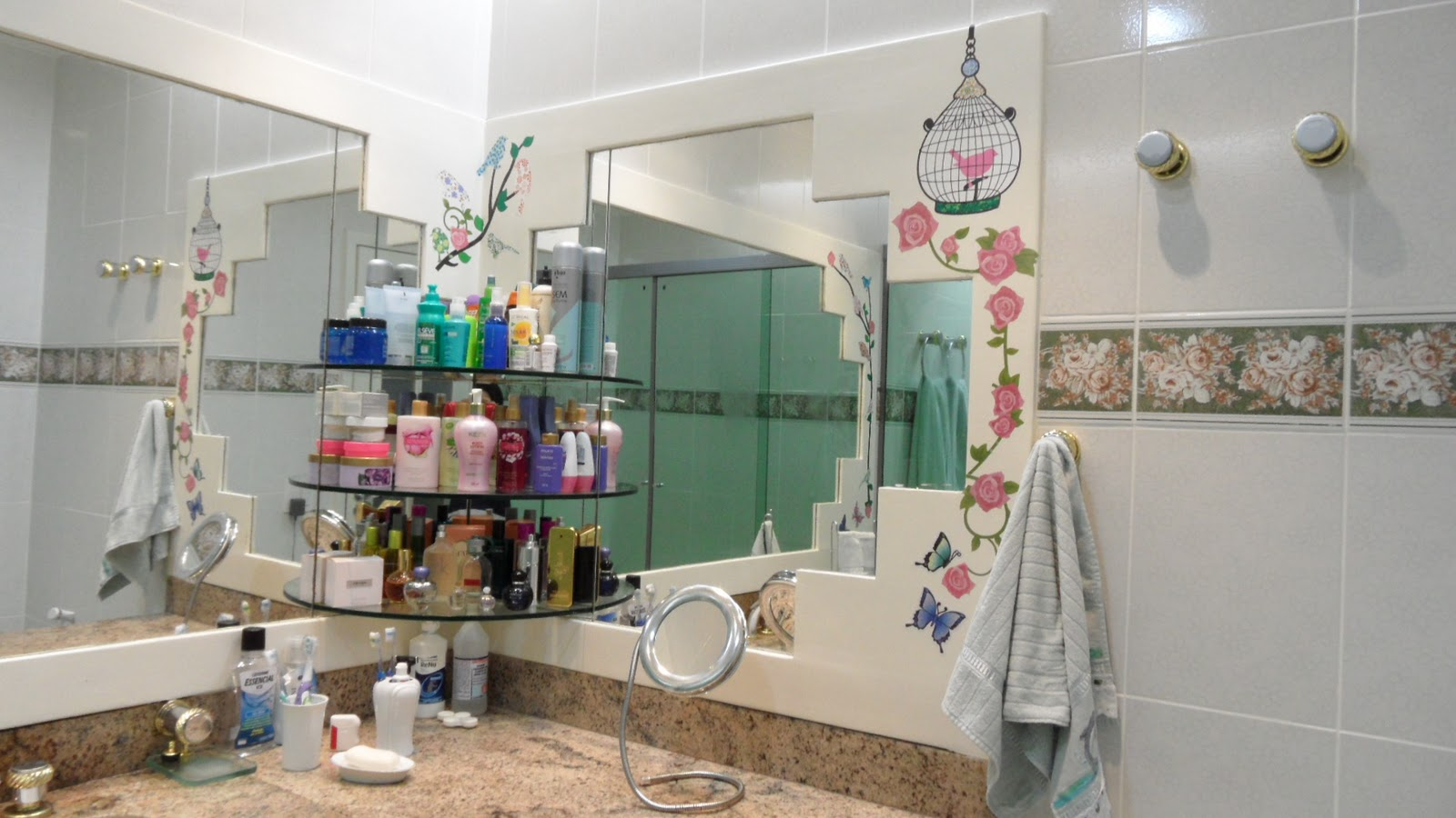 banheiro que tinha uma moldura larga branca foi decorado com flores  #2F3F77 1600x900 Banheiro Com Azulejo Decorado