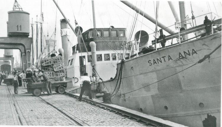 El vapor SANTA ANA atracado en el puerto de Barcelona. Del libro de referencia.tif