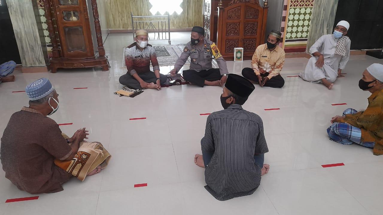 Cegah Covid-19 Selama Ramadhan, Kapolsek Marioriawa Silaturahmi ke Pengurus Masjid Nurul Falah