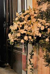 Fotos do evento Arranjos com colunas. Foto numero 27. Fotografia (fotografias) da Carla Flores, que faz decoração floral em eventos sociais e corporativos usando as mais lindas flores. Faz bouquet (buquê) de noiva, decoração de casamento, decoração de festas, decoração de 15 anos, arranjos de mesa, decoração de salão de festa, locação de mobiliário, decoração de igreja, arranjos de casamento e decoração dos mais lindos eventos. Atua em Niterói, Rio de Janeiro (RJ).