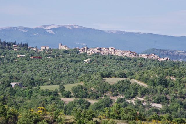 Viens (Vaucluse) et la Montagne de Lure, 10 mai 2014. Photo : J.-M. Gayman