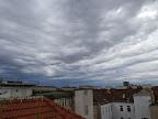 Langsam aber sicher kommt auch auf uns Regen zu, Richtung Südwesten wird es dunkel. In ca 1 Stunde muss man dann auch in Wien mit Regen rechnen, dieser kann auch stark ausfallen! Inzwischen hat es auf 19 Grad abgekühlt. Die eigentliche Kaltfront passiert uns aber erst in den Nachtstunden. #Wetter #Wien #Kaltfront #Regen