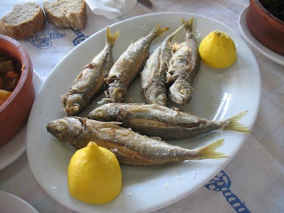 Pescado fresco en la taberna de Kato Koufunissi