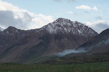 Abendlicher Blick aus dem Zelt auf einen 4.200m Berg