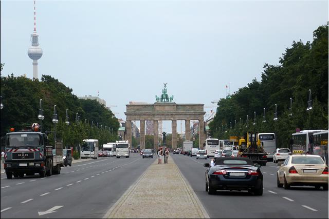 Puerta de Brandenburgo vista desde la avenida Straße des 17 Juni, a la altura del Memorial Soviético (Berlín'15)