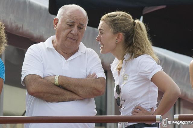 Ngoài ra, tỷ phú Ortega cũng chỉ tới một quán cà phê duy nhất để ăn trưa với các nhân viên. Thời gian rảnh, vị tỷ phú 80 tuổi theo đuổi đam mê cưỡi ngựa. Ông cũng sở hữu một câu lạc bộ dành cho người cưỡi ngựa ở Galicia, Tây Ban Nha.