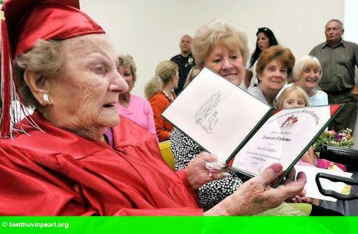 Hình 1: Nhận bằng tốt nghiệp phổ thông khi bước sang 100 tuổi