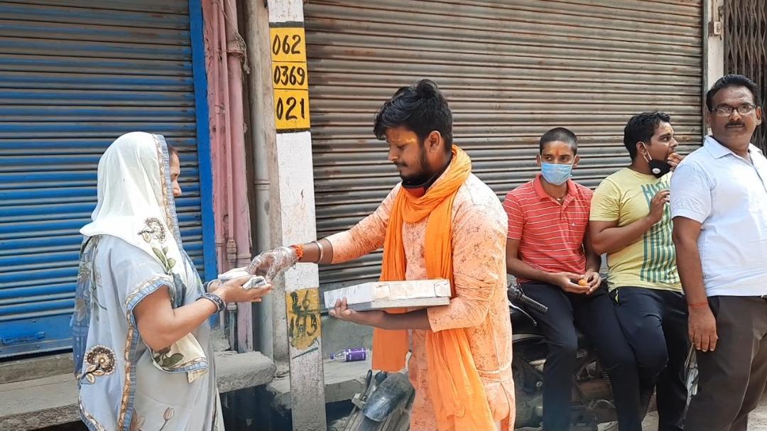 अयोध्या में श्री राम मंदिर के भूमि पूजन को लेकर उत्साहित युवाओं ने सासाराम में बांटी मिठाईयां