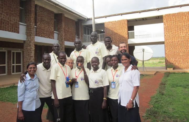 Fratel Paolo Rizzetto con gli allievi scuola infermieri di Wau