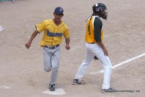 Eloy Linares anotando por Burócratas B en el softbol dominical