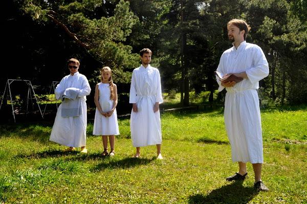 Naši tři křtěnci a kazatel byli oblečeni do apartních bílých hábitů.