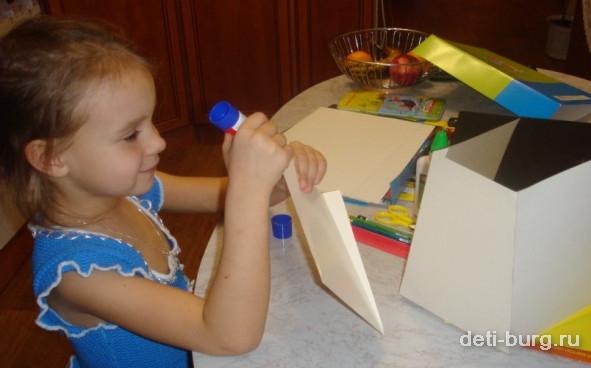 Склеиваем листы картона домиком