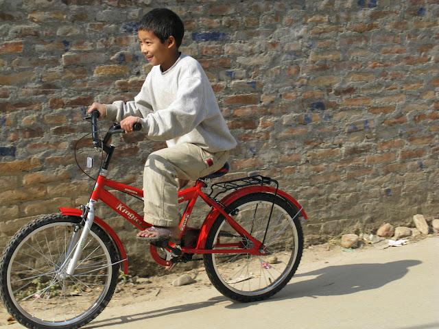 Janga rijdt op de nieuwe fiets