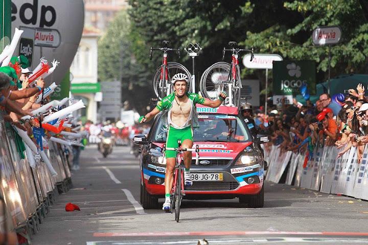 Pelotão da Volta a Portugal em Bicicleta começa etapa em Lamego