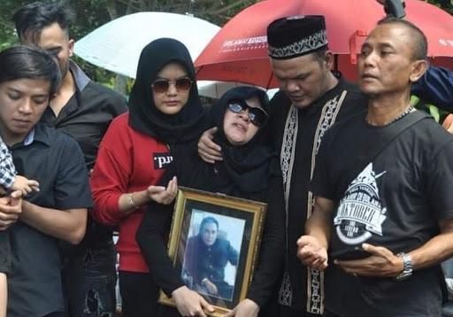 Prosesi pemakaman Torro Margens di TPU Ciandam / Foto : Istimewa