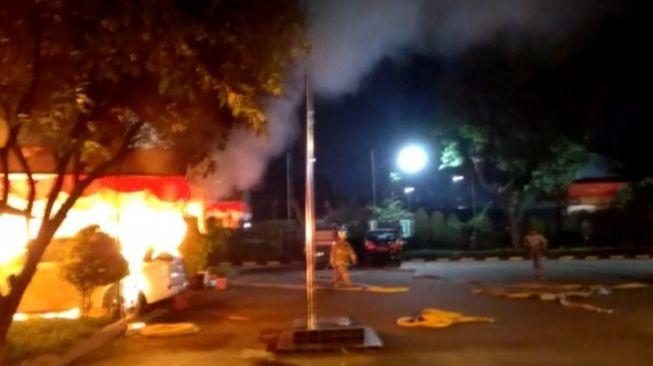 Polsek Ciracas Diserang Massa, Mobil Polisi Dibakar, Lihat Videonya
