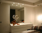 camera da letto People con como specchio e controsoffitto